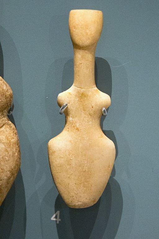 """Kykladský """"idol"""" tvaru violy, prý z Amorgu, pozdní neolit, 5300 až 3200 př. n. l. Ashmolean muzeum v Oxfordu, AE175. Kredit: Zde, Wikimedia Commons."""