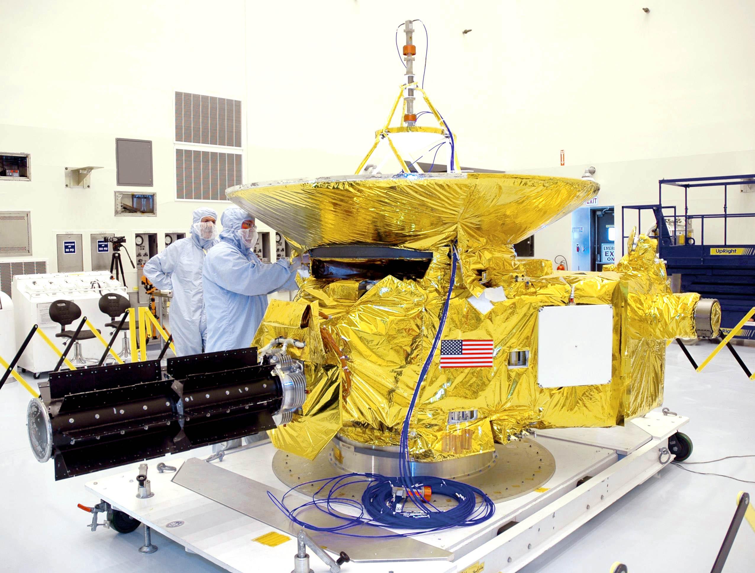 Planetární sonda New Horizons při stavbě v Laboratoři aplikované fyziky (APL) při Johns Hopkins University. Projekt financuje ředitelství vědeckých misí NASA. Předpokládané celkové náklady: 700 miliónů dolarů.  (Kredit: NASA)