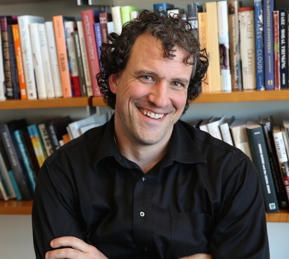 Nicholas Epley, nositel ceny udělované Asociací amerických psychologů. Je zaměstnancem University of Chicago a několik let před zveřejněním nynějších výsledků týmu publikoval řadu prací v nichž interpretoval tehdejší výsledky t