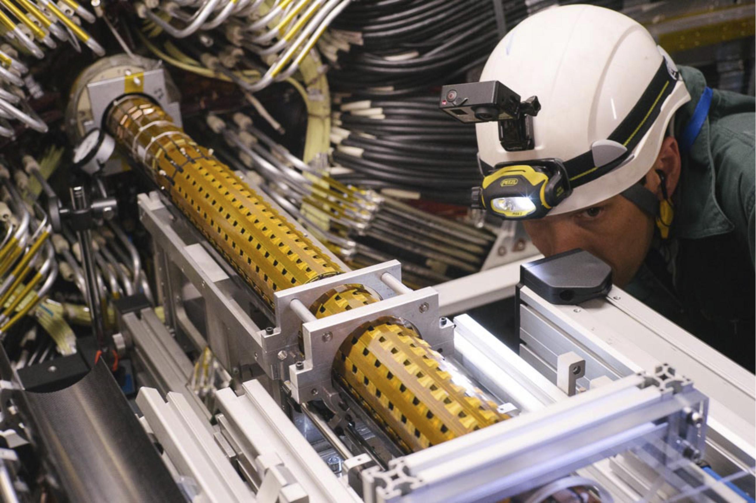 Nová nejvnitřnější vrstva křemíkových dráhových detektorů ATLAS se zasouvá dovnitř ještě blíže k místu srážek do útrob původních vrstev křemíkových dráhových detektorů. (Zdroj ATLAS).