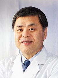 Šéf výzkumného týmu, profesor Hiroaki Shimokawa zLékařské fakulty Univerzity vTóhoku je kardiologem. LIPUS používá při léčbě poinfarktových stavů srdce a věří že pomůže i při léčbě poškozeného mozku. Kredit: Tohoku University.