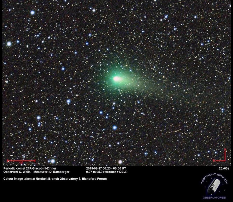 Kometa 21P/Giacobini-Zinner září ve hvězdářských dalekohledech jasným zeleným světlem, jak to dokazuje snímek ze 17. srpna pořízen londýnskou hvězdárnou Northolt Branch Observatories.