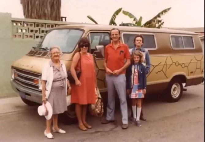 Richard Feynman srodinou –manželka Gweneth Howarthová, děti Carl a Michelle. Vpozadí známý van pomalovaný Feynmanovy diagramy.