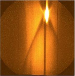 Obrázek z komory při výstřelu na směs deuteria a tritia v diamantovém pouzdře v červnu 2013. Zářící oblast vznikla díky rentgenovskému záření (zdroj LLNL).