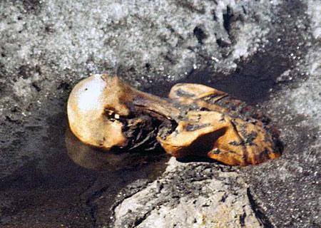 Tak našel a vyfotografoval Ötziho Helmut Simon. Spolu s manželkou se domníval, že našli pohřešovaného, kterého nedávno zavalila lavina. (Kredit: Helmut Simon, Wikipedia)