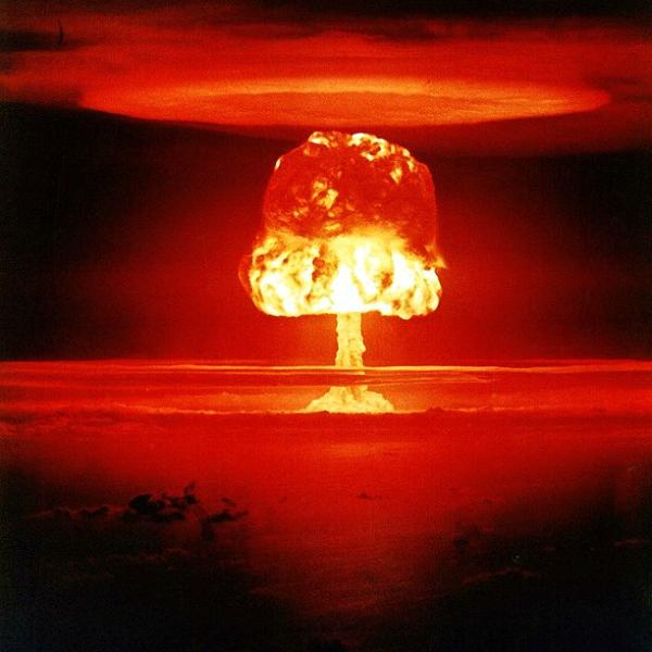Atmosférický termojaderný test Castle Romeo vrámci série Operation Castle na atolu Bikini. Síla exploze 11 megatun. Kredit: US Department of Energy.