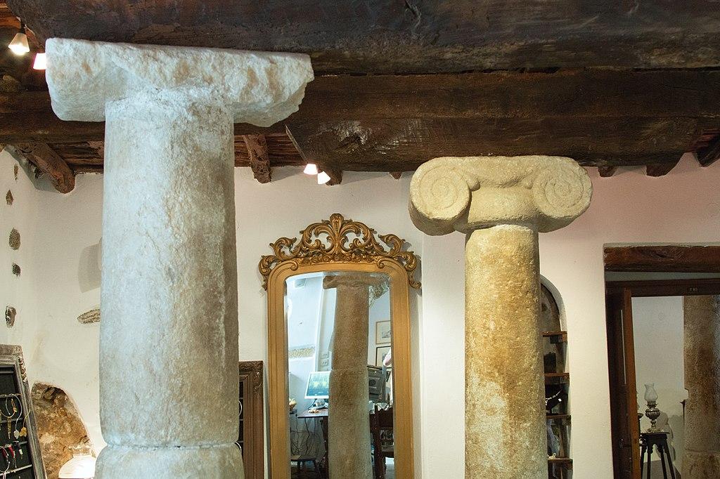 Sloupy z řecké archaické doby nesou strop z 13. století na raně byzantských zdech. Kredit: Zde, Wikimedia Commons. Licence CC 4.0.