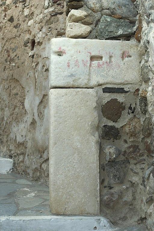 Zbytky brány, 6. století před n. l. až 13. století n. l. Pod Kastrem Naxisjké Chóry, těsně pod Benátským muzeem. Kredit: Zde, Wikimedia Commons. Licence CC 4.0.