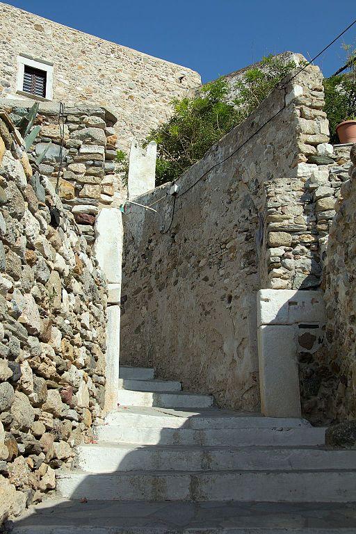 Zbytky brány, škody tady dorazila 2. světová válka. Kredit: Zde, Wikimedia Commons. Licence CC 4.0.