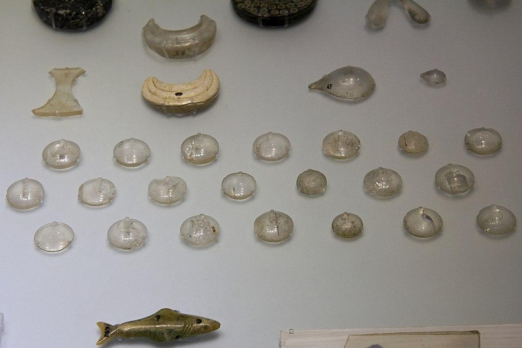 Čočky broušené z křišťálu. Sloužily jako ozdoba, i když by některé dobře fungovaly i opticky. Kréta, 1600-1450 před n. l. Kredit: Wikimedia Common