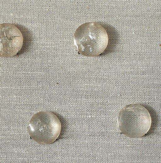 Čočky broušené z křišťálu, detail. Kréta, 1600-1450 před n. l. Kredit: Wikimedia Commons