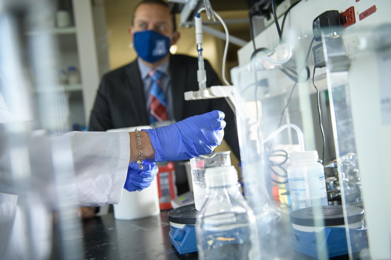 Dr. Rajesh Khanna se dívá jak Doktorka Lisa Boinon připravuje vzorky. Kredit: University of Arizona Health Sciences, Kris Hanning.