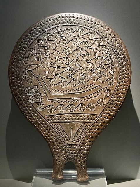 Loď mezi spirálovitě tvarovanými vlnami, umístěná nad pubickým trojúhelníkem nad rukojetí. Na přídi lodi je napíchnutá velká ryba, asi tuňák. Kulturní fáze (skupina) Keros-Syros, 2800-2300 před n. l. Národní archeologické muzeum v Athénách, inv. č. 4