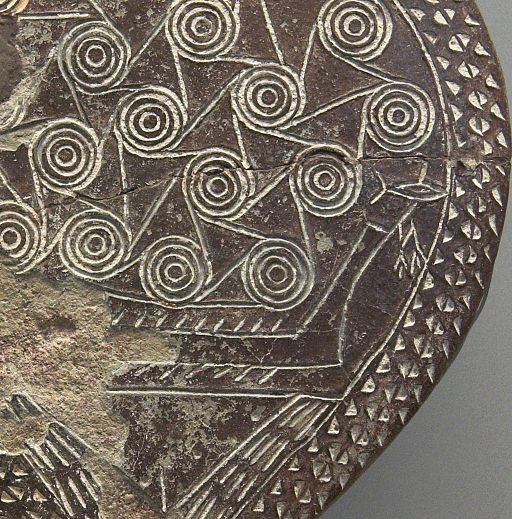 """Kykladská """"pánvička"""" s lodí a rybou, detail, 2800 - 2300 před n. l. Národní archeologické muzeum v Athénách, 5053. Kredit: Zde, Wikimedia Commons."""