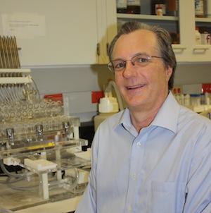 """Paul L. Prather, molekulární farmakolog:  """"Veřejnost vnímá označení marihuana jako něco potenciálně bezpečného, ale u syntetické marihuany nikdy nevíte na čem jste. V porovnání  s """"klasikou"""", je riziko neporovnatelné.""""   (Kredit: University of Arkans"""