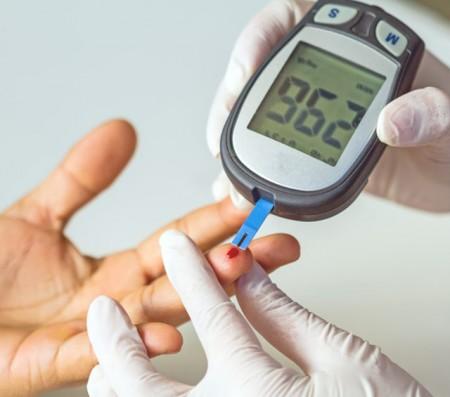Meranie koncentrácie glukózy pomocou glukometra je stále potrebné pre kalibráciu senzorov.