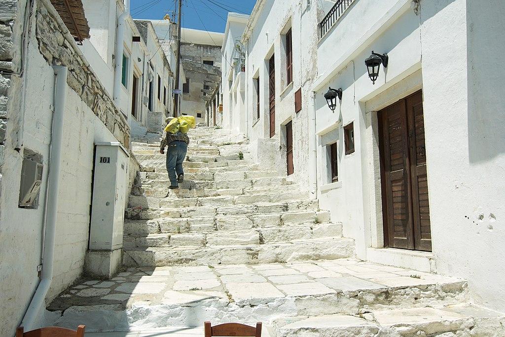 Nejširší z mnoha schodišť Apeiranthu. Kredit: Zde, Wikimedia Commons. Licence CC 4.0.