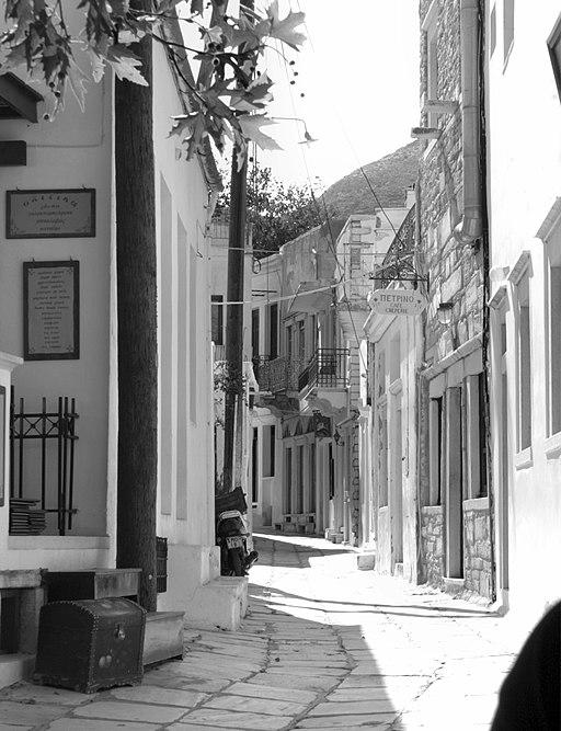 Výhled z Platani směrem k archeologickému muzeu. Kredit: Zde, Wikimedia Commons. Licence CC 4.0.