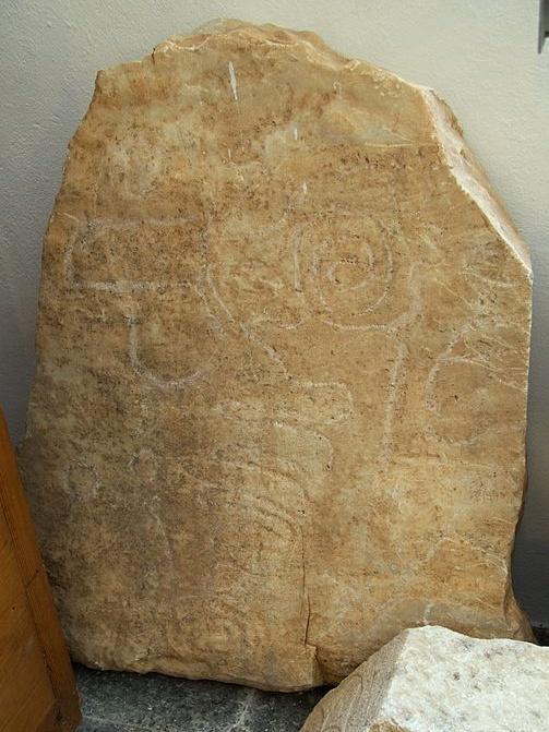 """Skalní rytina, spirály a """"jitrnice"""", 3000 až 2300 př. n. l. Archeologické muzeum v Apeiranthu na Naxu. Kredit: Zde, Wikimedia Commons."""