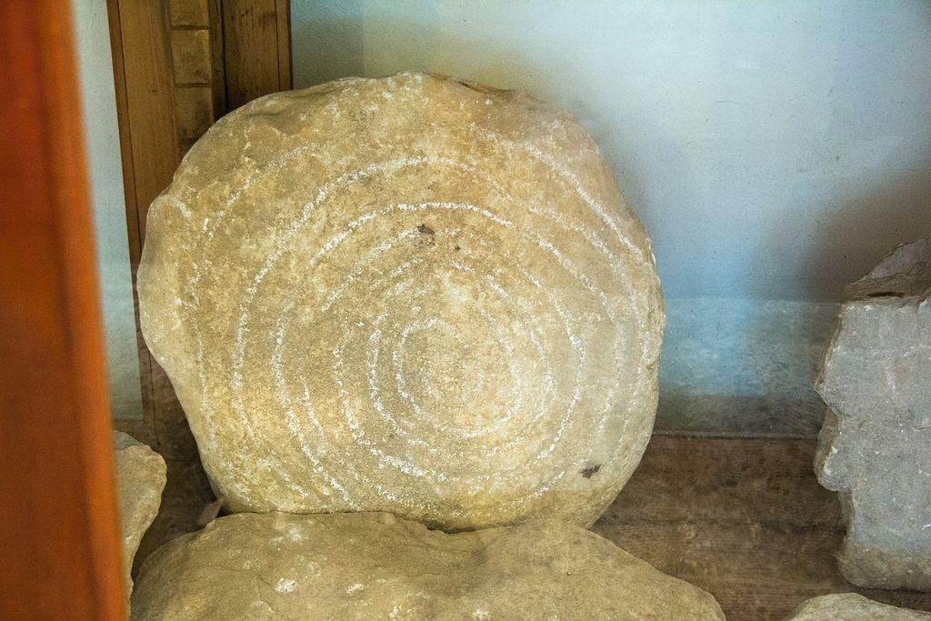 Skalní rytina, velká jednoduchá spirála. Nález z Naxu, patrně z jihovýchodu ostrova, 3000 až 2300 př. n. l. Archeologické muzeum v Apeiranthu na Naxu. Kredit: Zde, Wikimedia Commons