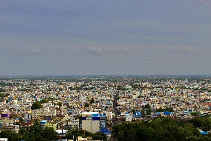 Pohled na městoTiruččiráppalli, čtvrtou největší metropoli v indickém svazovém státě Tamilnádu, a nejbližší velkou aglomeraci od místa objevu fosilií druhuBruhathkayosaurus matleyi. V současnosti má rozlohu přes 167 kilometrů čtverečních a sídlí v