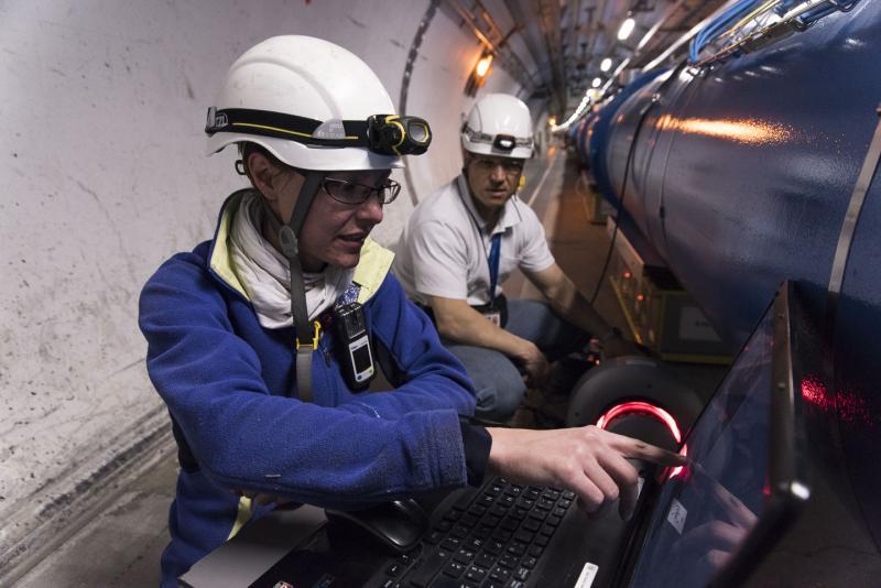Práce na hledání zdroje krátkého spojení (zdroj CERN).