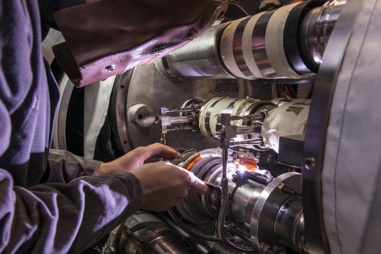 Práce na propojení magnetů (zdroj CERN).