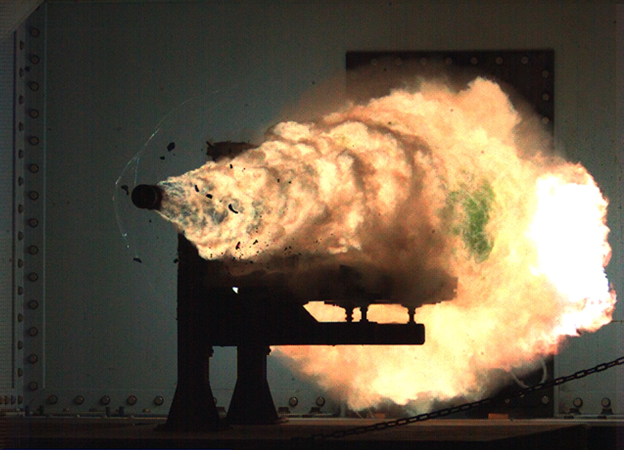 Záběr vysokorychlostní kamerou ze zkoušek prováděných Naval Surface Warfare Center na základně v Dahlgren.  3,2 kg projektil je urychen na 2520 metrů za sekundu. (Kredit:  U.S. Navy)