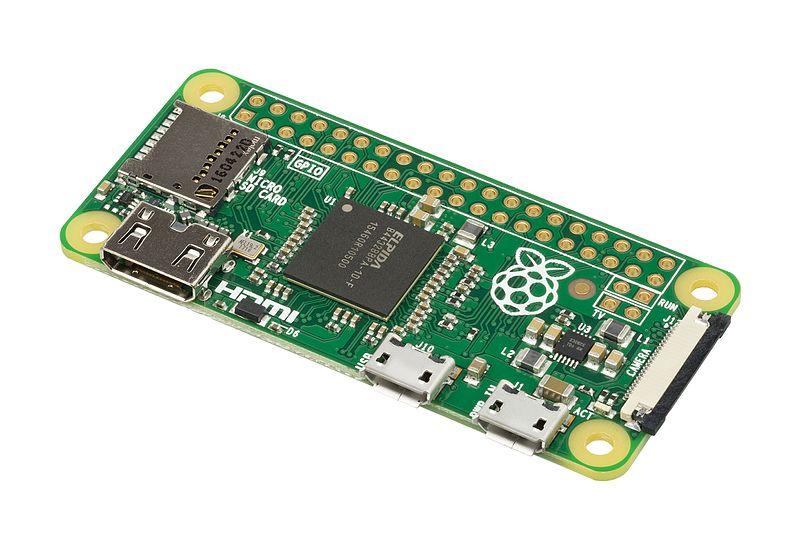 Minimalistický počítač Raspberry Pi Zero. Kredit: Evan-Amos / Wikimedia Commons.s