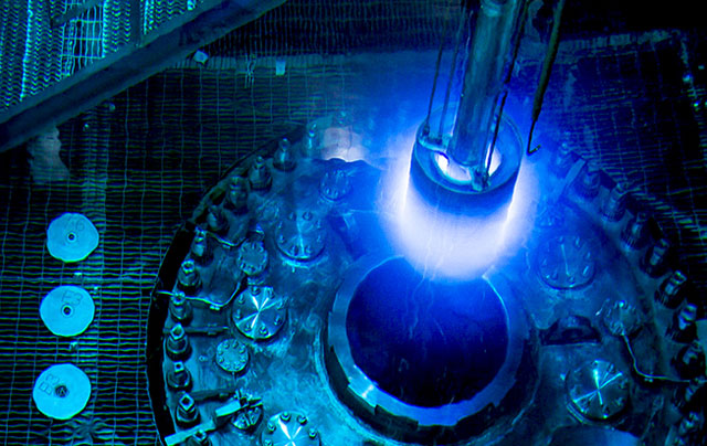 Reaktor HFIR, který díky vysokému toku neutronů umožňuje efektivní produkci transuranů (zdroj  Genevieve Martin/ORNL).