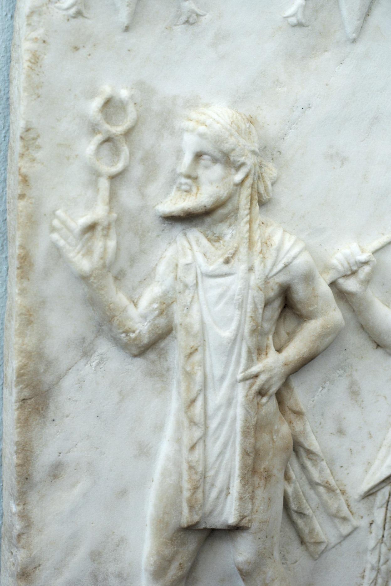 Hermés vede průvod bohů, 2. století před n. l., posvátný ostrov Délos, Muzeum na Délu. Kredit: Z. Kratochvíl, Wikipedia.