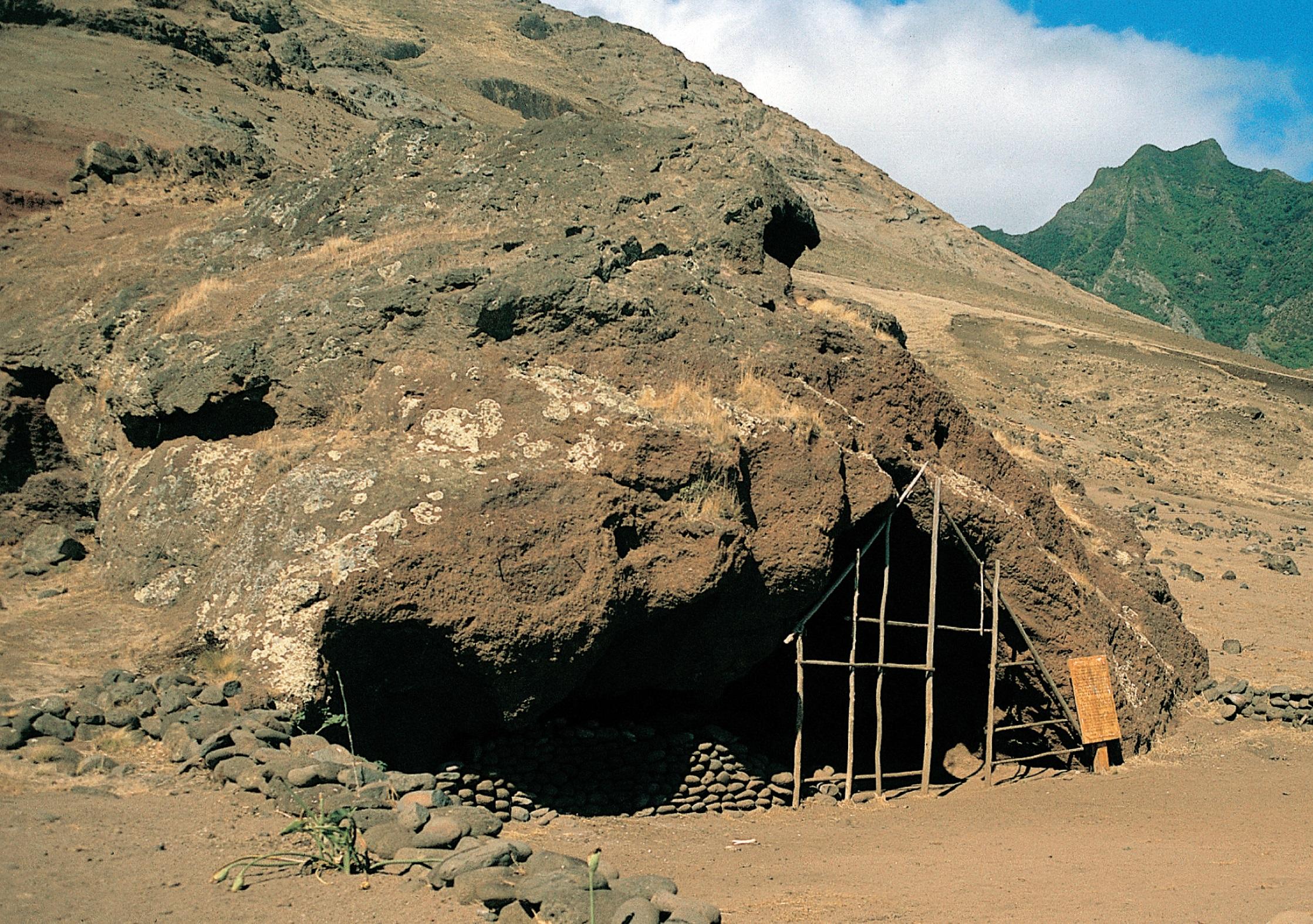Robinsonova jeskyně – tady žil Alexander Selkirk. Kredit: J. Jiránek