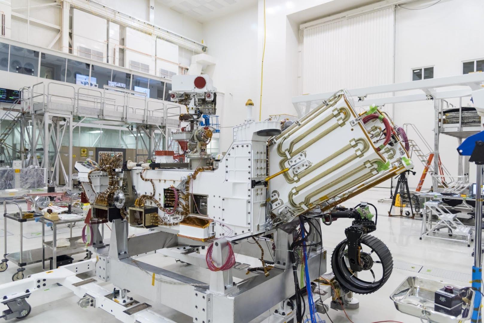 Palivový článek MMRTG roveru Mars 2020 (šikmo umístěná jednotka vpravé části konstrukce roveru). Kredit: NASA/JPL-Caltech.