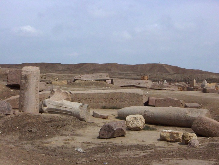 Trosky staroegyptského města Tanis, podle nějž byla pojmenována i paleontologicko-geologická lokalita na území Severní Dakoty. V současnosti se jedná zřejmě o jedinou známou lokalitu, na níž lze přímo pozorovat okamžité účinky dopadu planetky Chicxul
