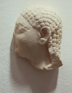 Hlava muže ve východořeckém stylu Anaximandrovy doby, i když ze Rhodu. Kredit: Wikimedia Commons