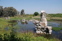 Kousek pod hladinou tady bývalo adyton staršího chrámu Krásné Artemidy Efeských, v něm prý i svitek s Hérakleitovým spisem. Kredit: Wikimedia Commons.