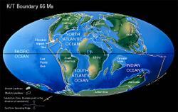 Mapa s rozložením kontinentů v době před 66 miliony let, tedy na úplném konci křídové periody. Místo dopadu impaktoru Chicxulub je vyznačeno kroužkem a šipkou, poloha ještě nezaledněné a s Austrálií spojené Antarktidy je rovněž dobře patrná. I přes velkou vzdálenost od místa dopadu nebyla ani tehdejší antarktická společenstva ušetřena takřka okamžitých důsledků masivního impaktu. Kredit: Christopher R. Scotese, web http://www.scotese.com/