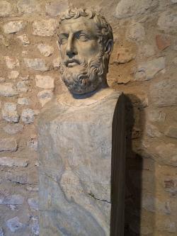 Hermovka s portrétem z Eleje z doby přelomu letopočtu. Nezobrazuje ovšem Parmenida, ale Métrodóra jako typus filosofia. Kredit: Wikimedia Commons.