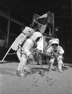 Posádka Apolla 11 simuluje průzkum Měsíce na Zemi. Kredit: NASA.