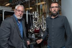 Thom Orlando ze společnosti Georgia Tech., je vedoucím výzkumným pracovníkem studie o Merkuru. Brant Jones (vpravo) je prvním autorem publikace. Poznatku, jak vzniká voda na Merkuru, vědci využívají k přípravě zařízení, které by vyrábělo vodu při misích na Měsíc a Mars. Kredit: Georgia Tech / Rob Felt