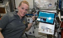 Astronautka Kate Rubins se čtečkou DNA MinION na ISS. Kredit: NASA.