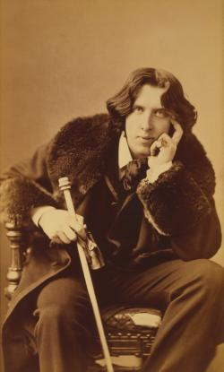 Oscar Wilde (celým jménem Oscar Fingal O'Flahertie Wills Wilde). I jeho kariéru zkrátil syfilis.  Autor fota: Napoleon Sarony, Library of Congres, Wikipedia.