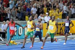 Bolt krátce po proběhnutí cílovou linií nejrychlejšího závodu v běhu na 100 metrů v dějinách. Časomíra se zastavila na 9,58 sekundy a v pořadí druhý Tyson Gay se stal v čase 9,71 s. nejrychlejším nevítězným sprinterem historie. Bolt v tomto běhu předvedl rychlost 44,7 km/h. Kredit: Erik van Leeuwen, Wikipedie (GFDL)