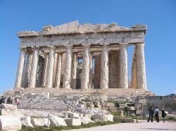 Parthenón - hlavní chrám antických Athén. Byl vystavěn v letech 447 - 438 př. n. l. A  zasvěcen bohyni Athéně Parthenos. Dodnes tvoří na pahorku Akropolis důstojnou siluetu moderního velkoměsta. Kredit:  Harrieta171, Wikipedie
