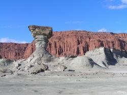 """Snímek, zobrazující sedimenty geologického souvrství Ischigualasto na území argentinské provincie San Juan. Po dlouhou dobu byly nejstarší kosterní fosilie dinosaurů známé právě z tohoto souvrství, dnes ale víme, že zhruba o 2 miliony let starší jsou fosilie z brazilského souvrství Santa Maria. Právě výzkum v souvrství Ischigualasto však může výrazně napomoci při pátrání po evolučních počátcích dinosauří """"dynastie"""". Kredit: M.Bustos; Wikipedie (CC BY-SA 4.0)"""