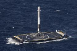 Prvý stupeň nosnej rakety Falcon 9 spoločnosti SpaceX po úspešnom návrate na pristívaciu plošinu. Kredit: Wikipedia.
