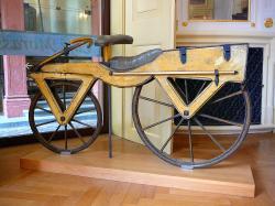 """Drezína zvaná Laufmaschine """", z doby kolem roku 1820 je z třešňového dřeva a vystavena je v německém Heidelbergu. Kredit: Gun Powder Ma, Wikipedia, CC BY-SA 3.0"""