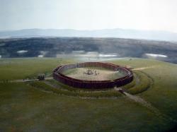 Rondely jsou kruhové areály o průměru od 30 do 210 metrů (nejčastěji mezi 55 a 97 m). Na obrázku je rekonstrukce rondelu z období neolitu v Künzing-Unternberg  (4840-4590 BC). Kredit: Wolfgang Sauber Museum Quintana.  CC BY-SA 3.0