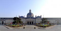Pařížská fakultní nemocnice Hôpital de la Salpêtrière je zároveň historickou památkou. Kredit: Mbzt / Wikimedia Commons.