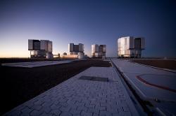 Čtyři teleskopy soustavy Very Large Telescope. Kredit: ESO/H.H.Heyer.